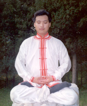Master Nan Yun meditating in lotus position